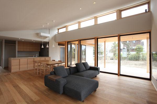 居間・食堂とテラス、庭の関係がわかる