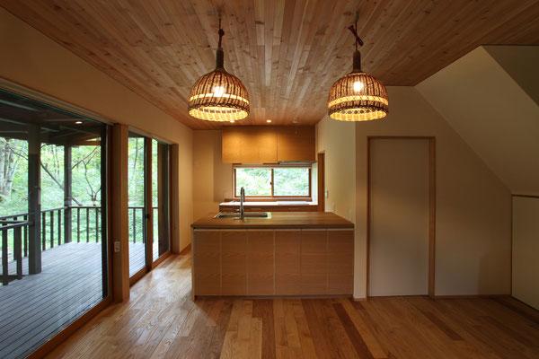 キッチンは家具製作。天板はナラ無垢板で、扉はナラ練付材で統一。