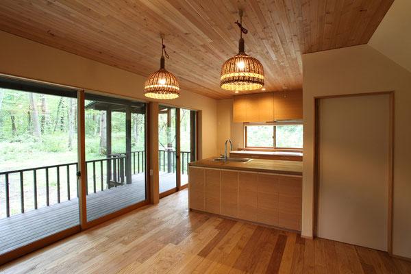 床はクリ無垢フローリング。天井はカラマツで、籐製のペンダント照明は既存の再利用。