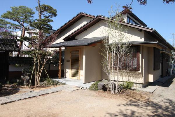 今回新しく植えたのは玄関前のコハウチワカエデと、右手格子前のシャラ
