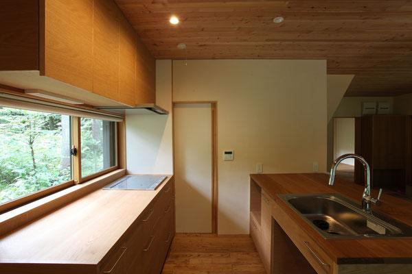 キッチン奥の引き戸は洗面所へ続き、ぐるっと回遊できる。