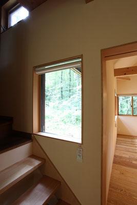 階段脇の窓は最小限の枠で景色を見ることができるようにFixガラスにした。