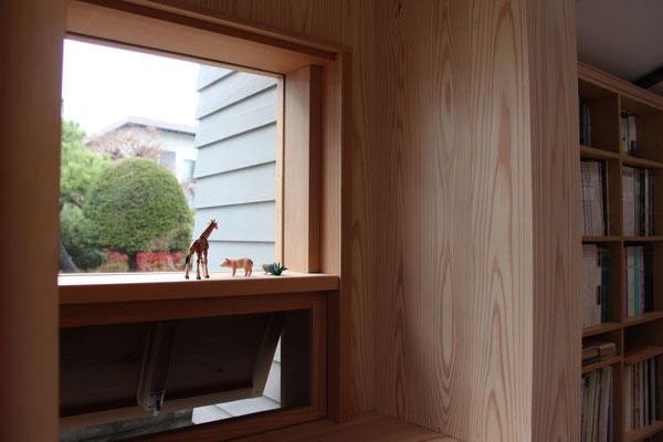 玄関脇の窓 下部を開けて通風。網戸も自作