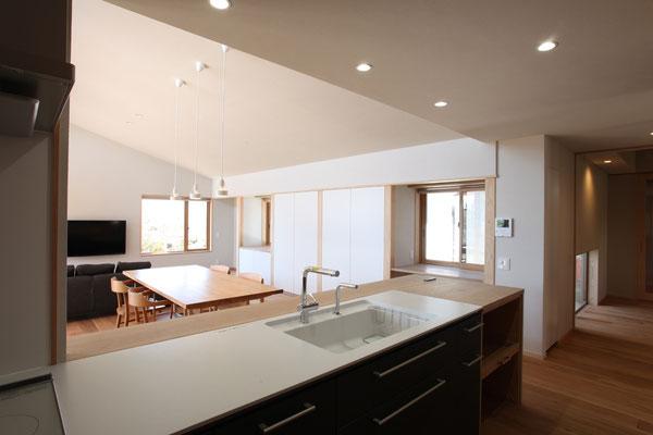 キッチンに立って居間北面から玄関側まで見る