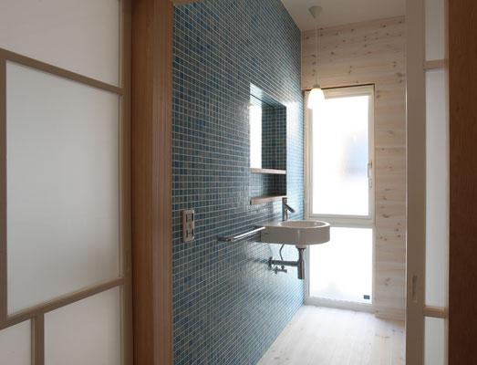 トイレの壁もモザイクタイル張り