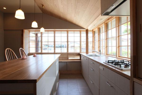 冷蔵庫側から外を見る 床は床暖房を備えたタイル