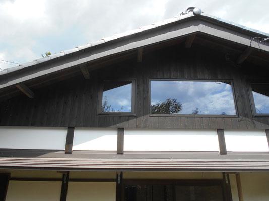 妻面のアップ写真 中央の窓はFixで両サイドを開閉する。