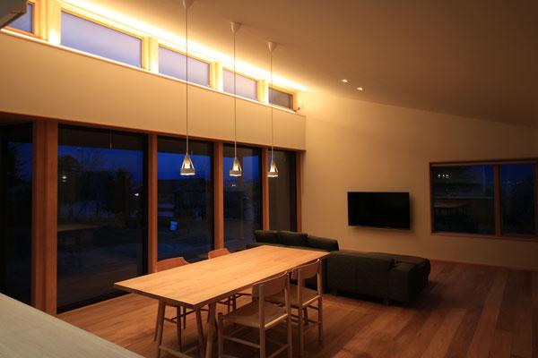 夜景。ベース照明は調光のできる間接照明