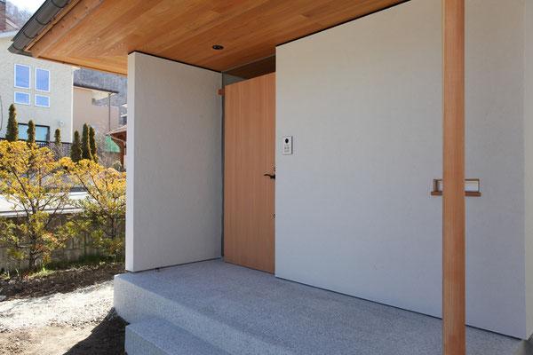 玄関ポーチも軒を深くしている。玄関戸は米杉材で製作