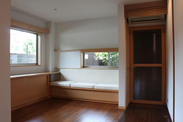 造りつけベンチのあるダイニング、窓の位置は既存のまま