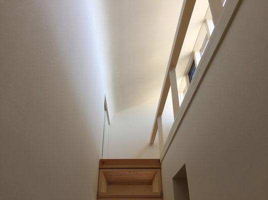 廊下の上部 北面からの明かりを天井から壁へ曲面が導く