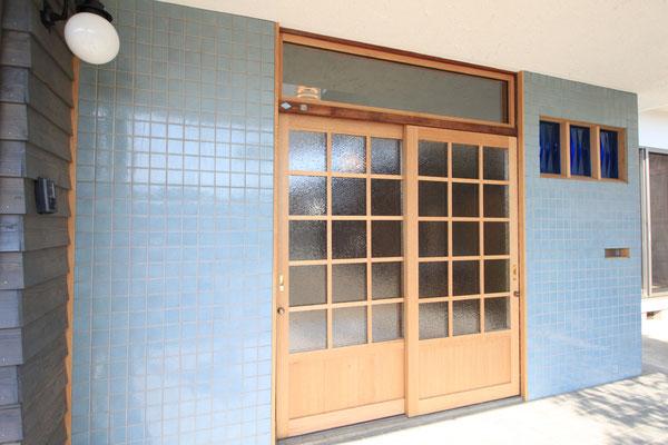 玄関戸はナラ材で造り、サンゴバン社のサハラクリアというガラスをペアガラスにして使用