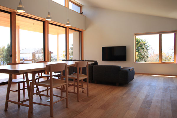 壁・天井は珪藻土仕上げ。床はナラフローリング