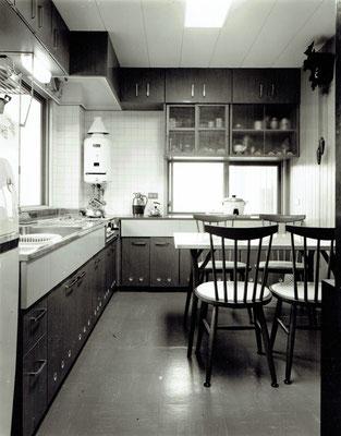 建設当時の写真(お施主より借用) 6帖間でキッチンが大きい割に食卓が狭かった