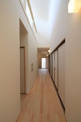 廊下から玄関への見返し