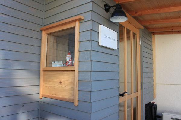 玄関窓 上はFixガラスで下部が換気用に開く