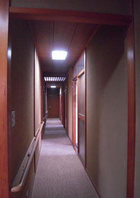 改修前の廊下 昼間でも明かりをつけないと暗かった