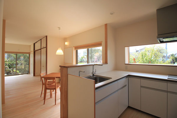 キッチンからは南庭から西側の景色まで見渡せる