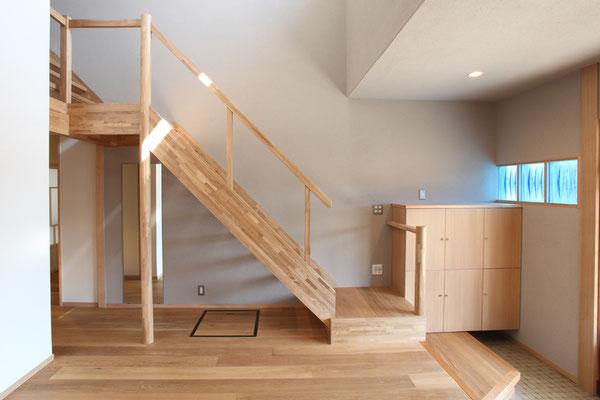 階段は踊り場を設け、幅が3尺から4尺へ広がる