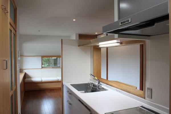 ほどよく囲まれた落ち着き感を目指したキッチン
