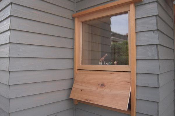 玄関窓 下部の換気窓を開けたところ