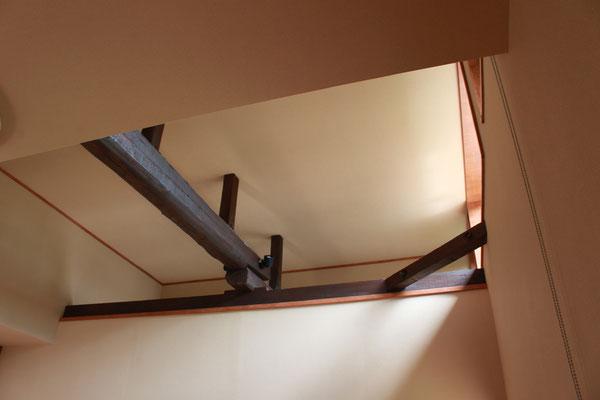 天井の見上げ 古い梁はもともと化粧材ではなかったので、黒く塗装した
