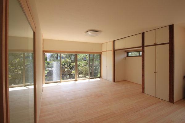 居間はもともと8帖間と広縁だったのを、垂壁を撤去して一体化した