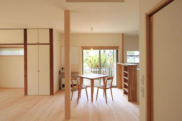 廊下を通りぬけると、居間・ダイニング・キッチンを一室にした部屋がある