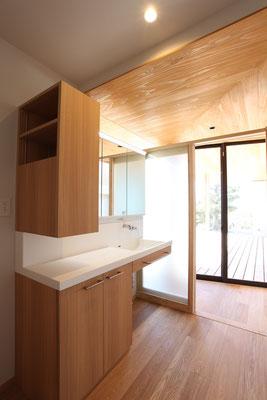 洗面台は製作家具。様々な要望に応えることができる