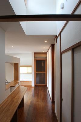 正面奥の建具は玄関へ通じる ガラスは既存のチェッカーガラスを再利用した