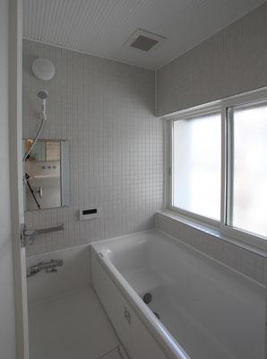 ハーフユニットの浴室 壁は白いタイル