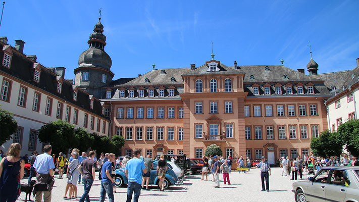 Oldtimertour auf dem Schlosshof