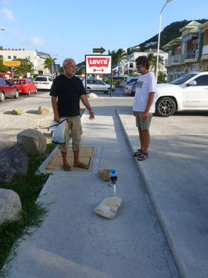 """Cole Bay, Stolperfalle in Form einer Wasseruhr mitten auf dem """"Bürgersteig"""""""