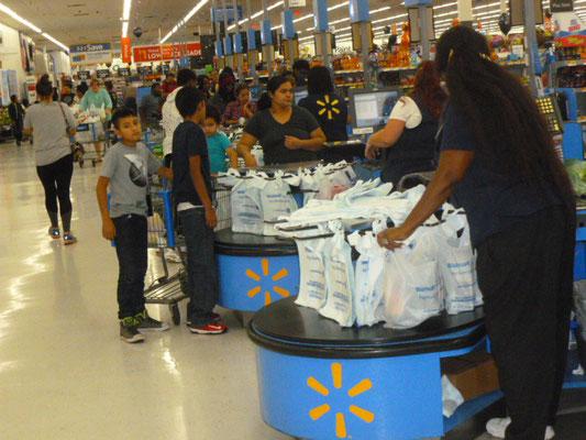 Tütenwahnsinn beim Supermarkt Walmart - und anderen