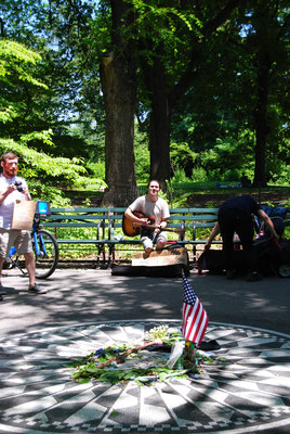 John Lennon Gedenktafel und Straßenmusiker