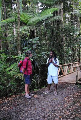 Wolfgang mit unserem Führer Budah im regenwald