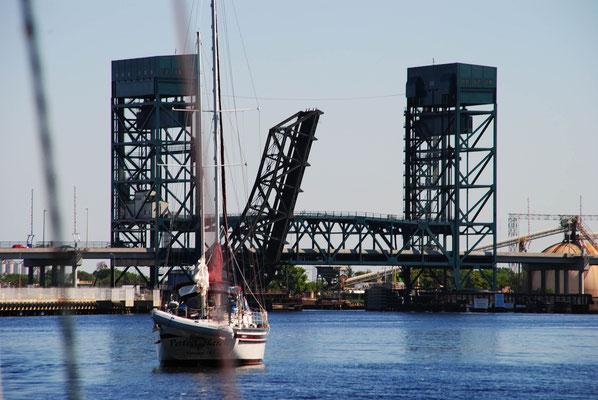 Hebebrücke vor Norfolk für Autos