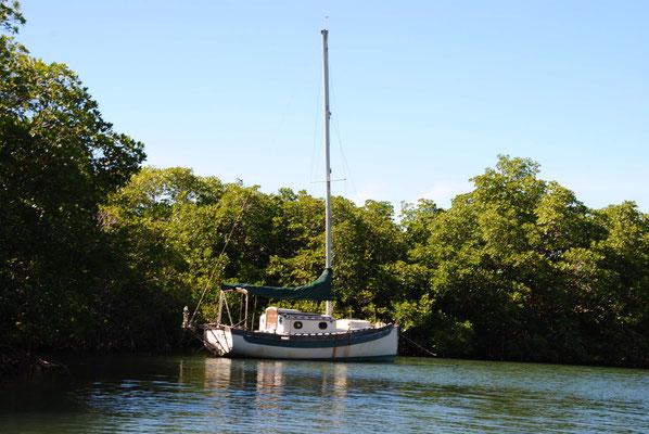 Ein verlassenes und geplündertes Schiff in Puerto Ferro