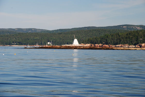 Fahrwassermarkierung auf einer Insel