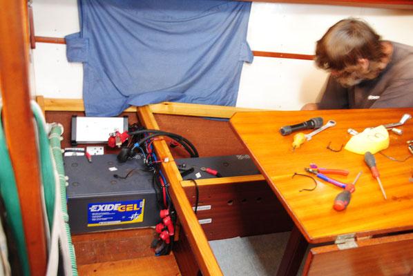die Batterien befinden sich unter der Sitzfläche im Salon (kein Wunder, dass mir so heiss war