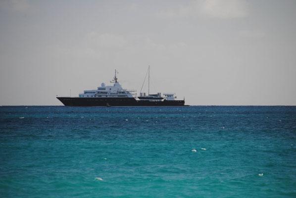Megayacht mit 2. Segelschiff Huckepack