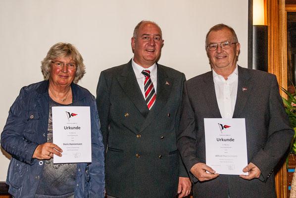 Die goldene Ehrennadel für 50 jährige Vereinsmitgliedschaft überreicht vom 1. Vorsitzenden Klaus Roßbach: Doris Hannemann (links) und Alfred Hannemann (rechts). Nicht anwesend sind die ebenfalls geehrten Heiner Wurms und Willy Kroll