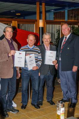 Geehrt werden bei den Kressbronner Seglern von links für 25-järige Mitgliedschaft Hans Martin, für 50-jährige Mitgliedschaft Siegfried Kletschke und Hans-Jörg Lang. Nicht im Bild, aber ebenfalls  50 Jahre im Verein ist Walter Zettel.