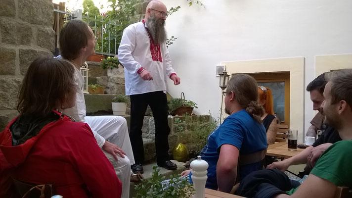"""Der Philosoph Baal Müller begrüßt die Besucher am 21.08.2015 im sorbischen Restaurant """"Culinarium"""" in Bautzen"""