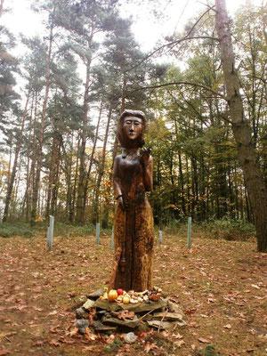 Modernes hölzernes Bildnis der Göttin Mokosch auf dem Hügel von Mokoschin. Foto: Dr. Baal Müller