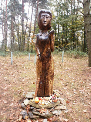 Moderna lipowa socha bohoweje Mokoše na Mokošan hórce. Foto: Dr. Baal Müller