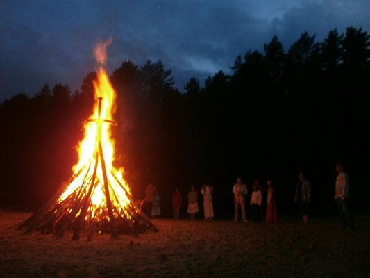 Sonnenwendfeuer bei einem slawischen Kupalafest in Deutschland (in der Dübener Heide bei Wittenberg, 2015). Foto: Dr. Baal Müller