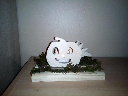 décoration en bois en kit représentant une citrouille d'Halloween illuminée par une bougie led et un buisson