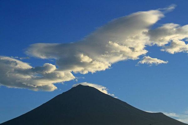 8月11日 5:34 上空にアングルを向けるとこんな雲です。