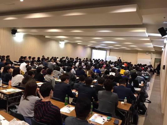 福岡県福岡市の電気ビルにて、受験勉強にも活かせる記憶法セミナー開催(学術の森様より講演依頼を頂き実施に至る)。小中高校生の受験生など学生を中心に240名以上にご参加頂く。満員御礼。記憶力のギネス世界新記録樹立者でありIQ160以上のメンサ会員(JAPAN MENSA会員)宮地真一の記憶術セミナー。